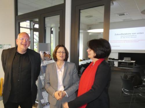 Projektleiter Michael Gerhardt (l.), Antje Grotheer (Präsidentin Bremische Bürgerschaft, SPD) und Claudia Bernhard (Die Linke Bremen). Foto: Norbert Brandt